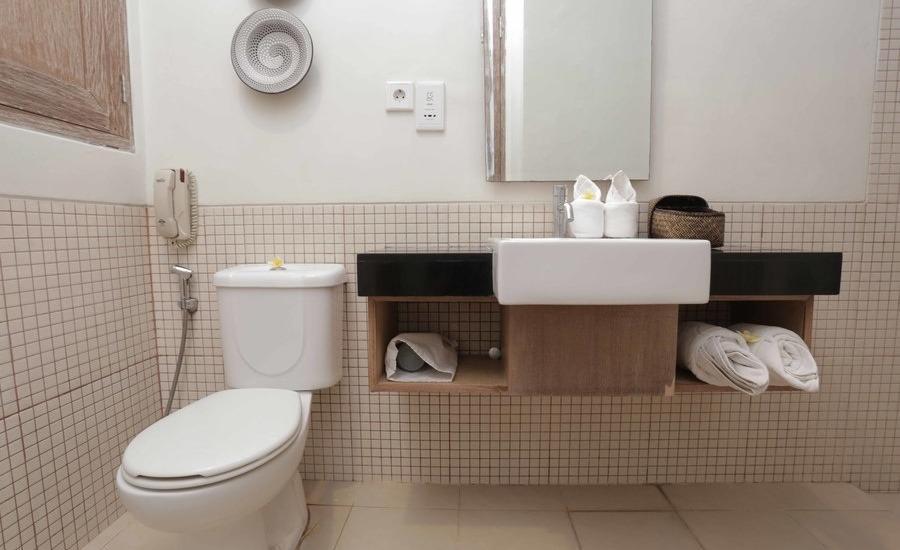 RedDoorz @Nyangnyang Sari Kuta Bali - Kamar mandi
