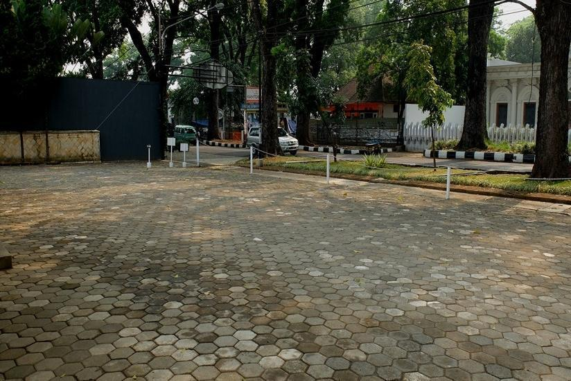 Frances Hotel Bandung - Area parkir