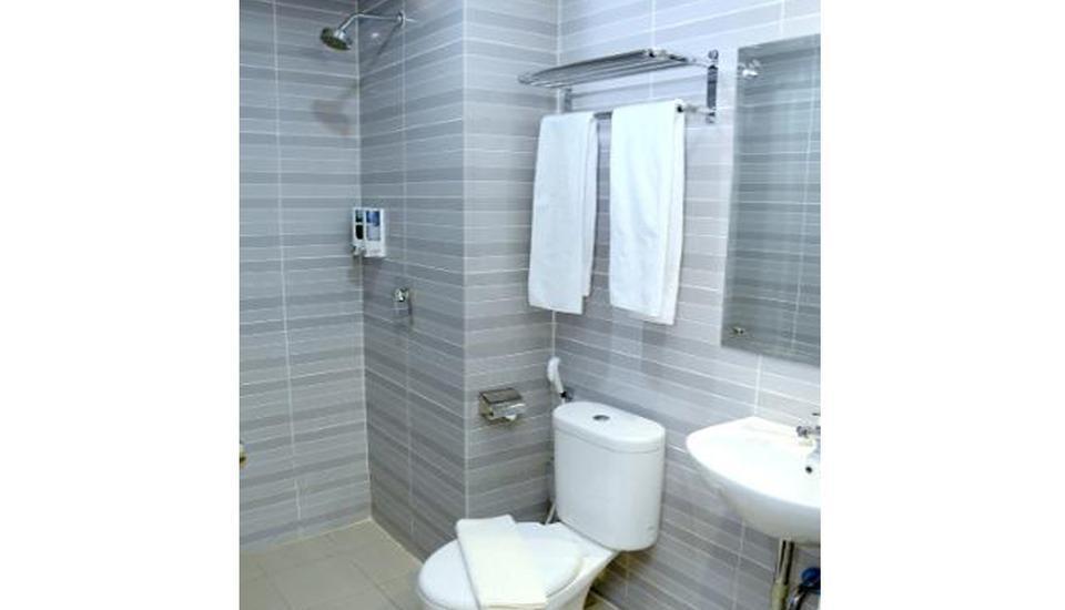 D'Hotel Holiday Makassar Makassar - Bathroom