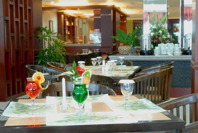 UB Hotel Malang - Coffee Shop dengan nuansa tradisional