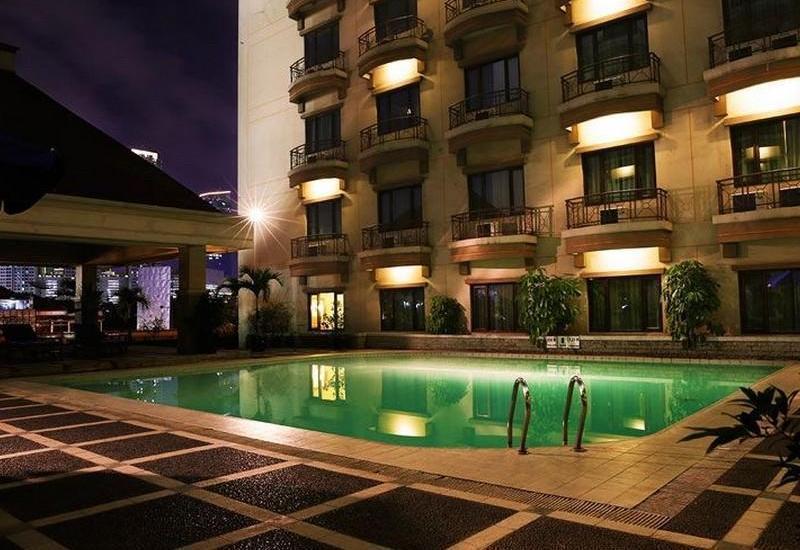 Hotel Mega Anggrek Jakarta - Area kolam renang
