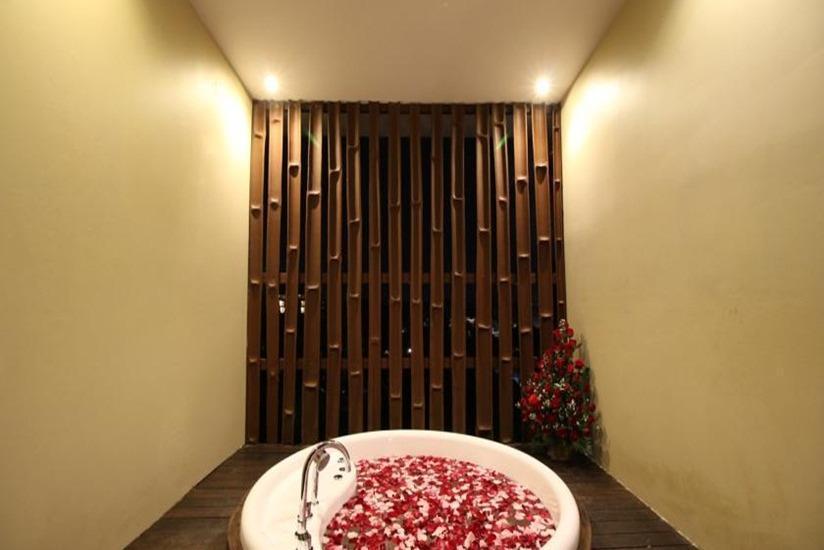 Seminyak Suite & Shiseido Spa Bali - Bathtub