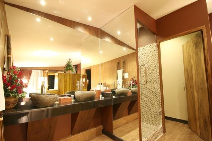 Seminyak Sky Suites & Spa by L'Occitane Bali - Kamar mandi