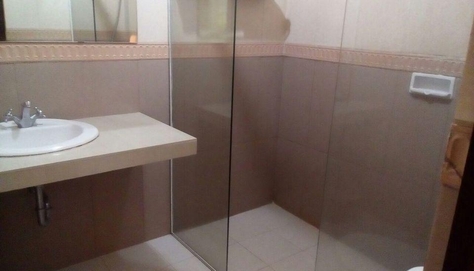 Palm Hotel Bondowoso - Bathroom