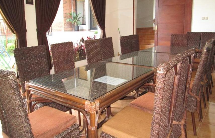 Osmond Villa & Resort Bandung - Meja Makan