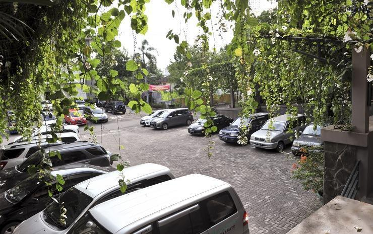 Hotel Grasia Semarang - Parking Area