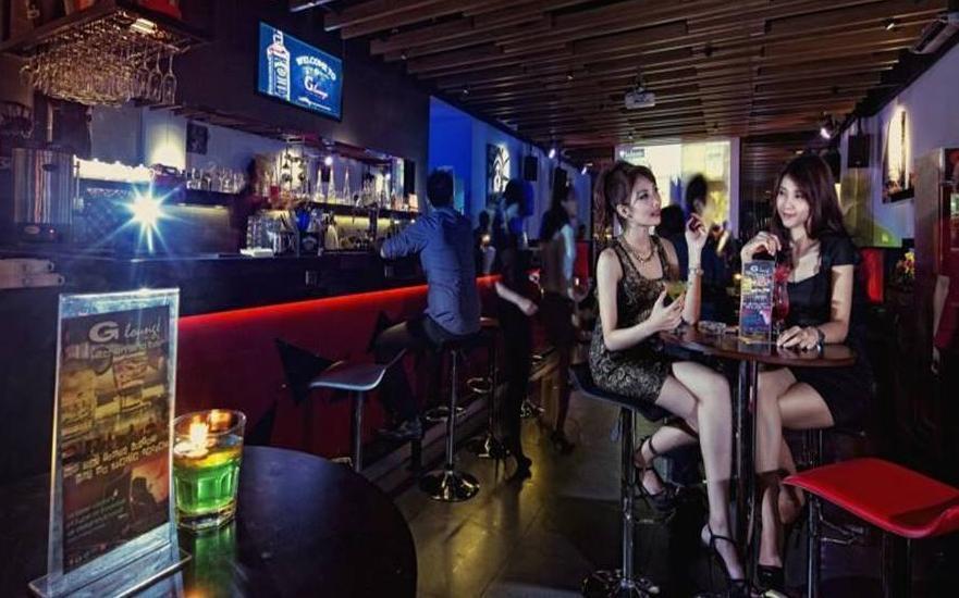 G Suites Hotel Surabaya - Bar