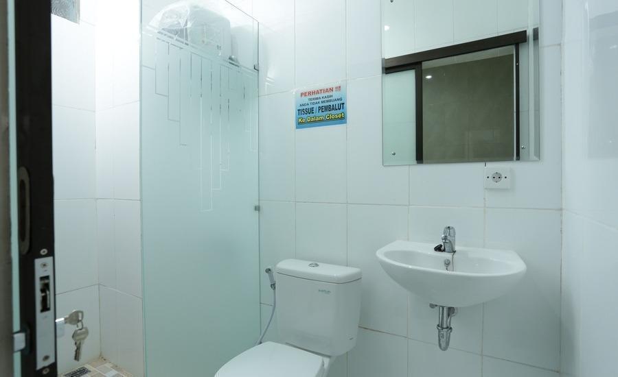 RedDoorz @Mahendradatta Selatan Bali - Kamar mandi