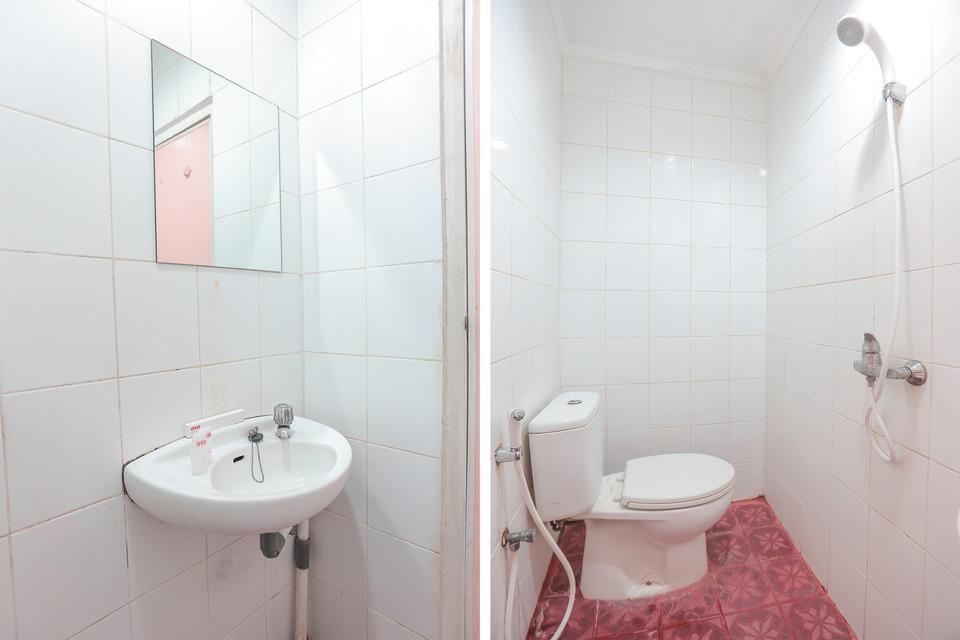 OYO 117 Blueberry Homestay Jakarta - Bathroom