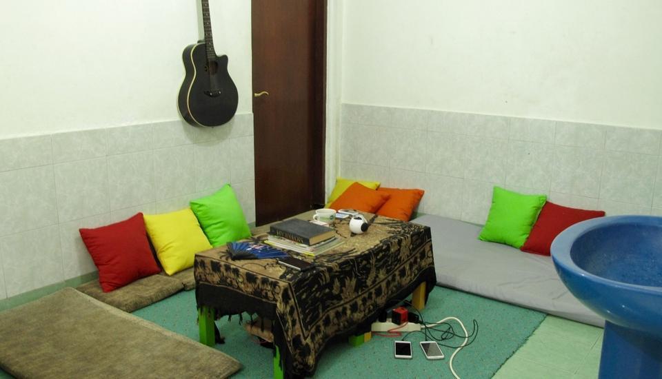 Morotai Camp Hostel Bali - Ruang TV dan Relax