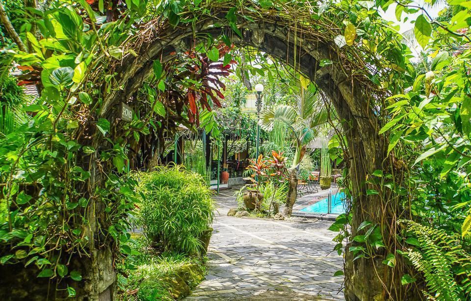 Dusun Jogja Village Inn Yogyakarta - Archway dengan shower untuk membilas badan sebelum berenang