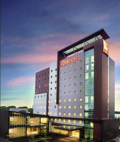 ibis Makassar City Center - Hotel Front - Evening/Night