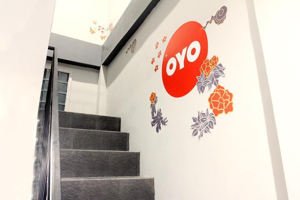 OYO 121 Ayub Residence Syariah Jakarta - Staircase