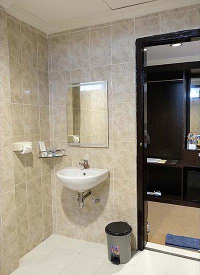 Insumo Palace Hotel & Resort Kediri - Bathroom