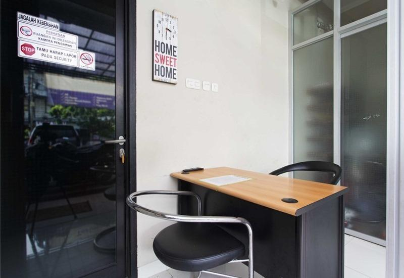 RedDoorz @Mangga Besar 2 Jakarta - Meja depan