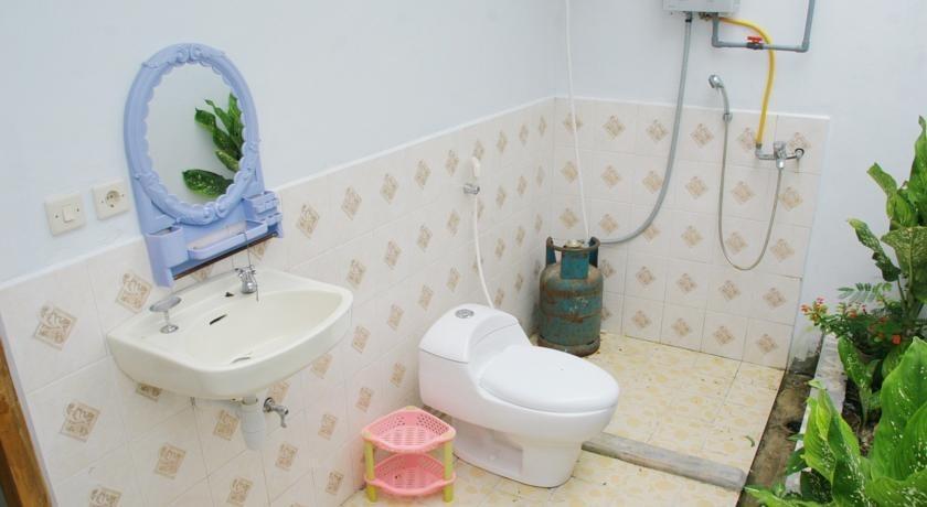CF Komodo Hotel Flores - Bathroom