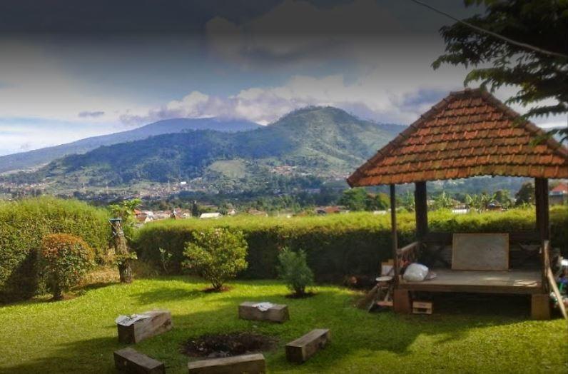 Villa 121 Lembang Bandung - Backyard