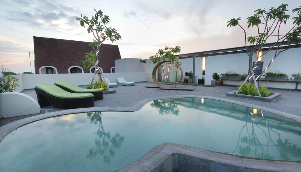 Max One Hotel Legian - Kolam renang