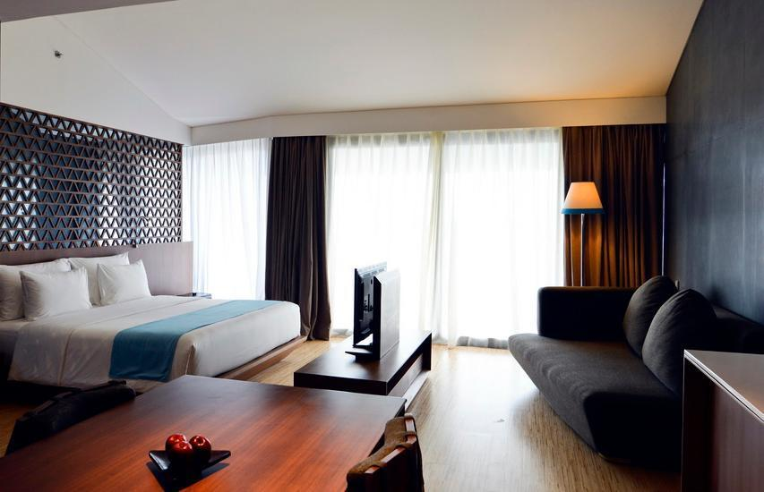 IZE Seminyak Bali - IZE Club Suite Room Breakfast with FREE Daily Mini Bar Promo 33%