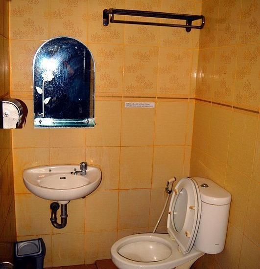 Lotus Hotel Pare Pare - Bath Room