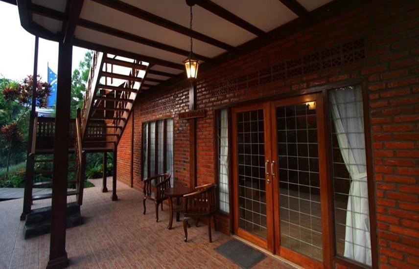 Jambuluwuk Puncak Resort Bogor - Teras