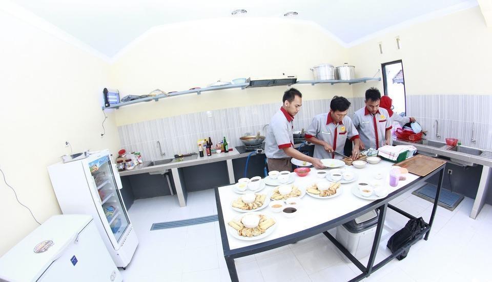 Sankita Hotel Ponorogo - Kitchen