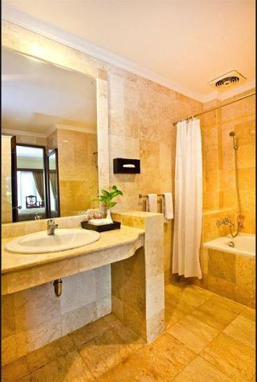 Hotel Kumala Pantai Bali - Bathroom
