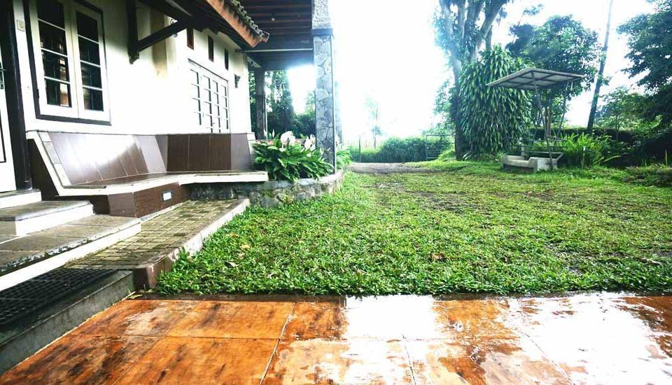 Pondok Buah Sinuan Bandung - TERAS DEPAN PRIBADI DENGAN PEMANDANGAN EKSOTIK