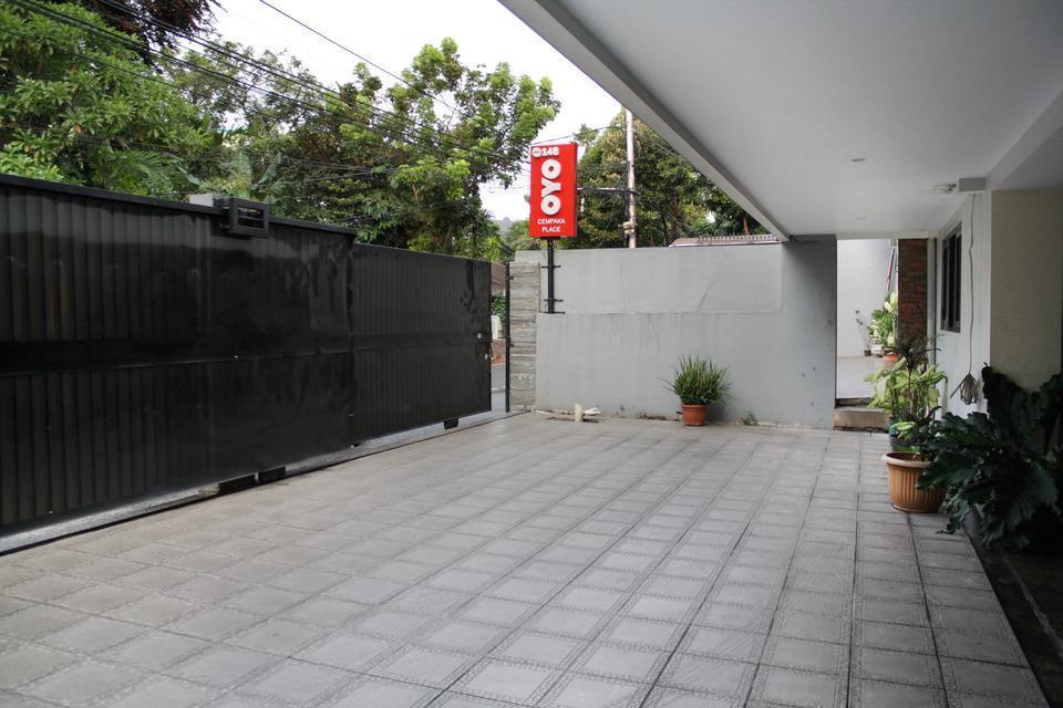 OYO 148 Cempaka Place Homestay Jakarta - Parking Place