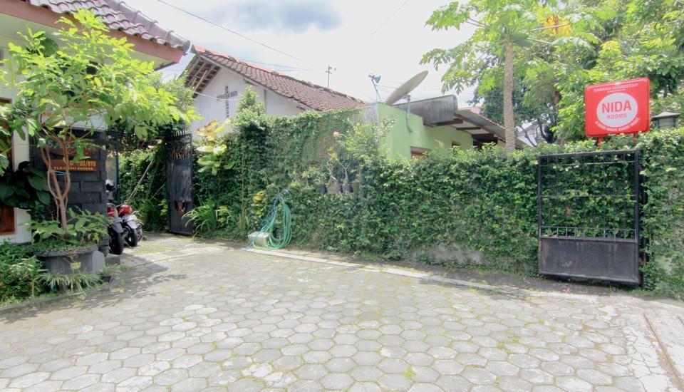 Sabana Homestay Yogyakarta - parking lot