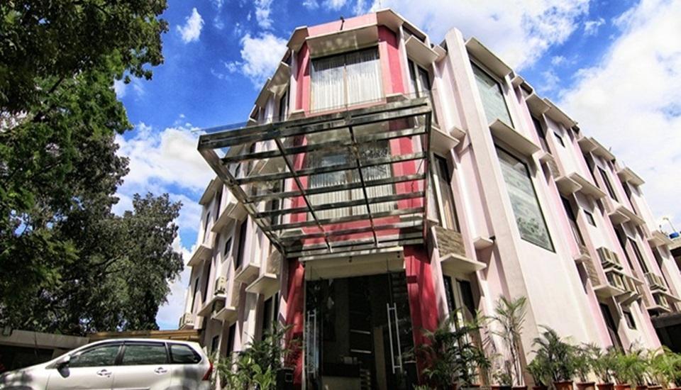 Latief Inn Hotel Bandung - Latief Inn dengan parkir mobil