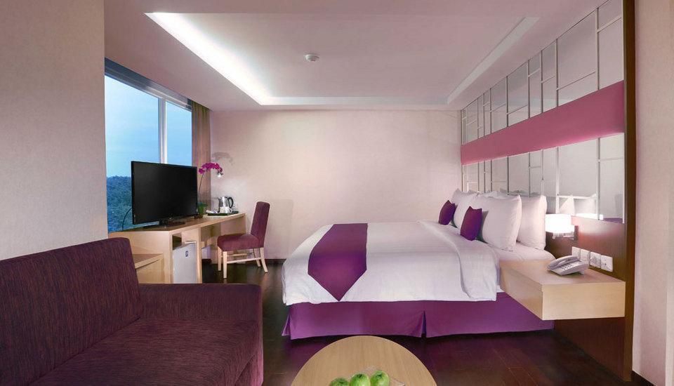 Quest Hotel Surabaya - Suite with Bathtub Regular Plan