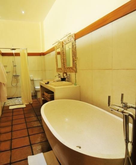 Marbella Pool Suites Seminyak - Kamar mandi 1 BR Renang