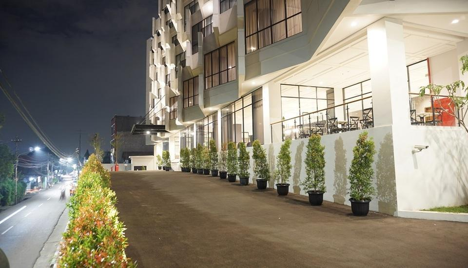 Rivoli Hotel Jakarta - building in night