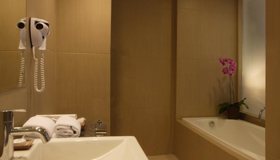 Sense Sunset Seminyak - Bak mandi, Kamar suite.
