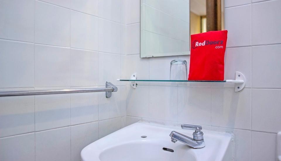 RedDoorz near Hyperpoint Pasteur 2 Bandung - Bathroom