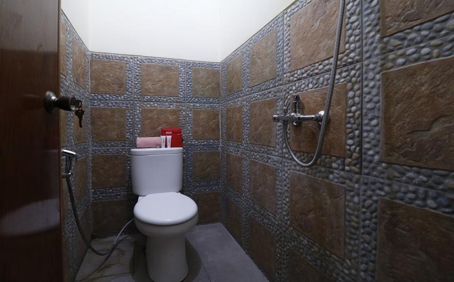 RedDoorz Plus near Universitas Indonesia Depok - Bathroom