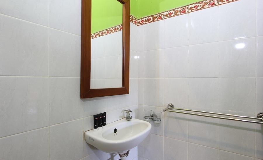 RedDoorz at Pendawa Kuta - Kamar mandi