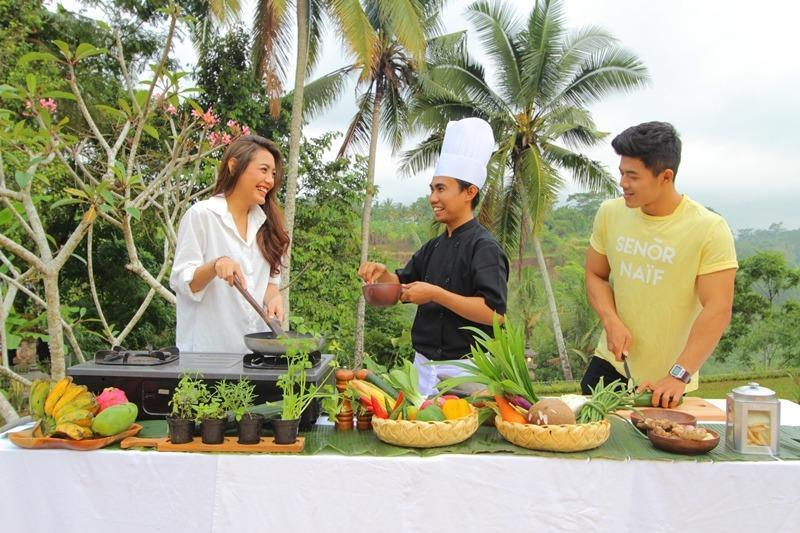 Ashoka Tree Resort at Tanggayuda Bali - Memasak
