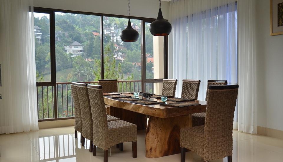 7 BR Pool Villa Dago Hill View Bandung - Ruang Makan