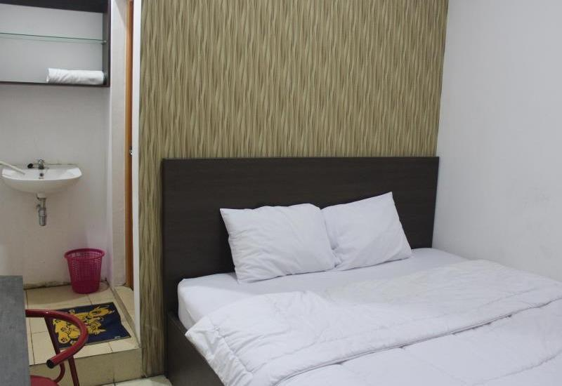 Bugs Guest House Tegal - Guest room