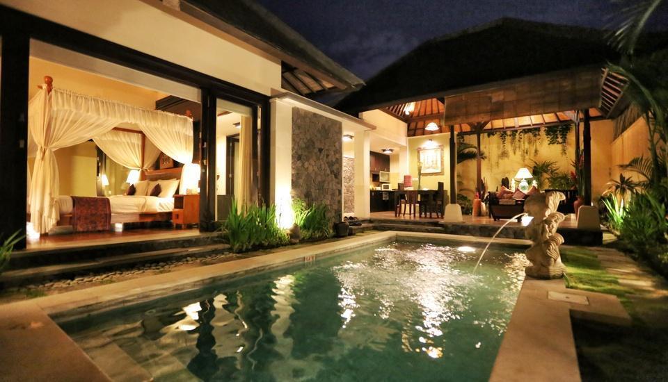 The Sanyas Suite Bali - Pemandangan Kolam Renang di malam di Villa Deluxe Suite