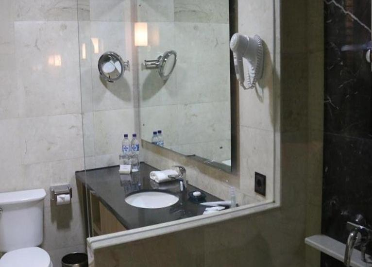 Indoluxe Hotel Yogyakarta - Kamar mandi