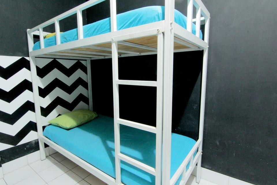 Hostel Backpacker 44 Yogyakarta - Bunk Bed Shared Bathroom