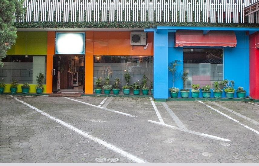 RedDoorz near Riau Street Bandung - Eksterior