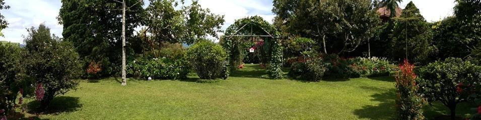 Villa Bunga Merah Gelatik Gelatik - Garden