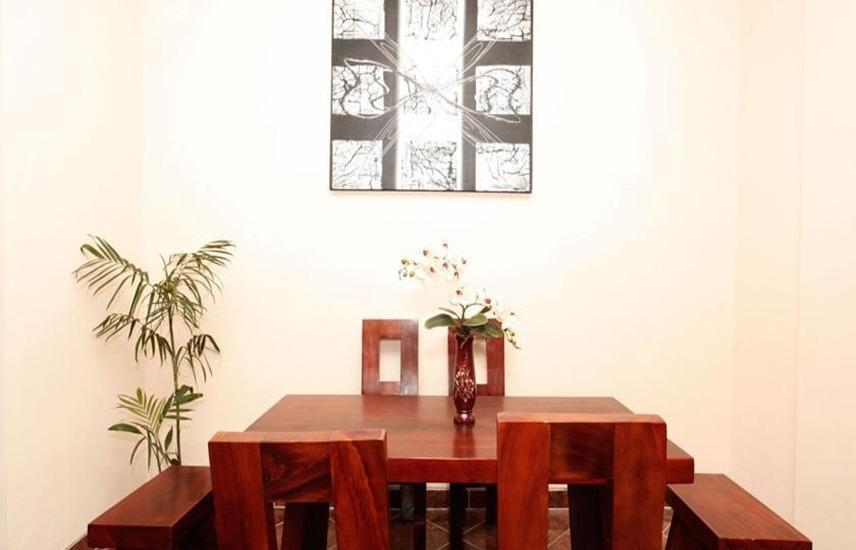 Griya 35 Homestay Yogyakarta - Meja dan kursi