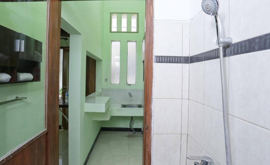 RedDoorz @Gatot Subroto Barat Bali - Kamar mandi