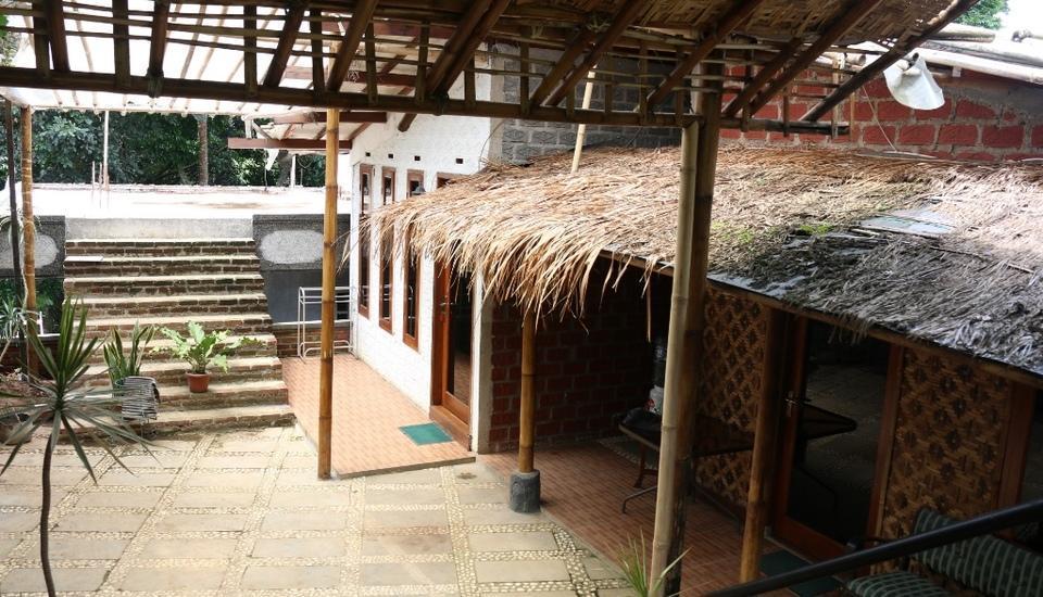 Villa Bantal Guling Bandung - Tampak Depan Bilik Depan (Family 3) dan Room 1