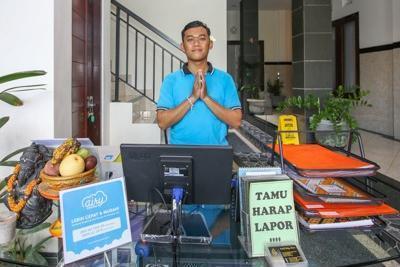 Airy Denpasar Barat Gunung Tangkuban Perahu 5 Bali - Receptionist